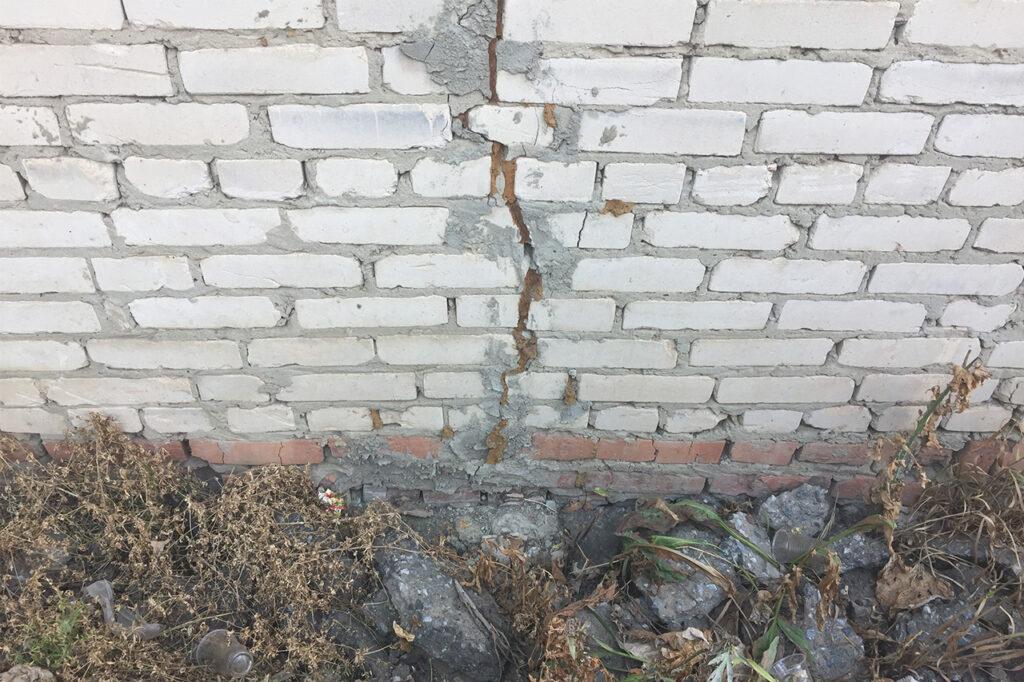 Остановка трещин фундаментов или стен, остановка проседание плит пола